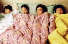 """다섯은 너무 많아 (Five Is Too Many, 2005), """"친근함과 즐거움을 주는 독립영화"""""""
